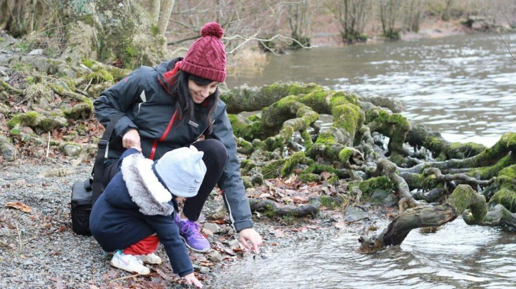 À propos de Shobita - Shobita et sa fille au bord de l'eau